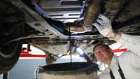 Mechaniker lässt Altöl aus Auto ab