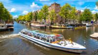 Ein ausflugsboot in Amsterdam auf einer Gracht