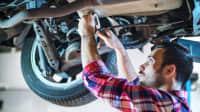 Mechaniker bei Autoinspektion