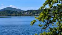 Laacher See mit Blick auf das Benediktnerkloster