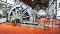 Große alte Industrie-Halle mit riesigen Rädern.