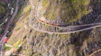 Ein Zug fährt in Ecuador durch die Anden an der Teufelsnase entlang