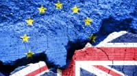 Bröckelnder Zement in den Farben der Europäischen Gemeinschaft und der Flagge Englands angemalt.