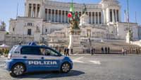 Monumento Nazionale a Vittorio Emanuele II in Rom mit Polizeiauto im Vordergrund