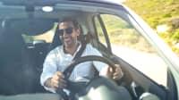 Glücklicher Mann fährt Auto