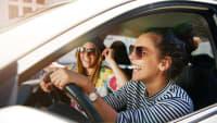 Zwei junge Frauen im Auto