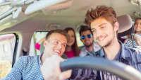 Eine Gruppe junger Leute beim Autofahren