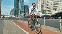 Radfahrer auf Radweg in der Stadt