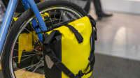 Die Fahrradtaschen sind hinten am Fahrrad am Hinterrad angebracht