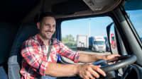 Junger Mann fährt einen LKW