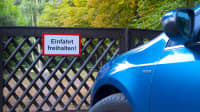 blaues Auto seht im Halteverbot