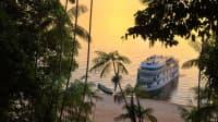 Schiff auf dem Amazonas bei Sonnenuntergang