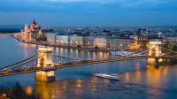 Nachtaufnahme der Kettenbrücke von Budapest über den Fluss Danube