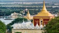 Blick über die goldenen Dächer eines Tempels in Mandalay in Myanmar