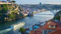 Kreuzfahrtschiff erreicht Porto auf dem Fluss Douro
