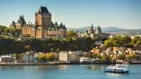 Blick auf Quebec und den St. Lawrence Fluss mit Boot