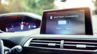 Eine Batterie-lade-Anzeige im Cockpit eines Elektroautos