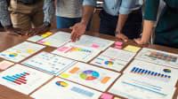 Grafiken und Bilanzen auf einem Tisch