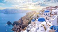 Ein Blick über die blauen Dächer von Santorini auf das Meer