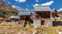 Kleine Touristenhütten vor Berggipfeln im Himalaya