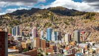 Blick auf die Stadt La Paz vor Berggipfeln in  Bolivien