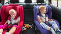 Zwei Kindersitze auf der Rückbank im Auto