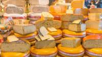 Verschiedene Gouda-Käse in der Auslage