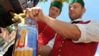 Zwei Männer zapfen Bier während der Kulmbacher Bierwoche
