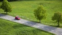 Auto fährt auf der Landstraße