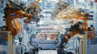 Roboter fertigen Autos in einer Fabrik