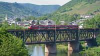 Doppeldecker-Brücke mit Einem Zug führt über einen Fluss