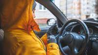 Frau lässt Motor im Auto warm laufen