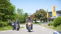 Eine Gruppe Motorradfahrer fährt auf einer Straße