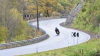 Ein Motorradfahrer fährt auf einer kurvigen Strecke