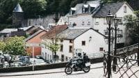 Ein Motorrad fährt durch eine kleine Stadt in Luxemburg