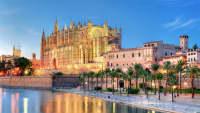 Die Kathedrale in Palma de Mallorca im blauen Licht