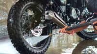 Mann wäscht Motorrad