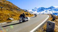 Motorradfahrer an einem sonnigen Tag am Großglockner in Österreich