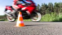 Ein Motorradfahrer fährt auf einer Teststrecke einer Fahrschule