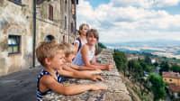 Mutter und Kinder blicken auf Volterra in der Toskana
