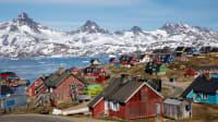 Das Dorf Kulusuk an einem Fjord in Grönland