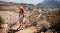 Junge Frau wandert auf Gran Canaria