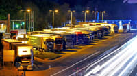 Überfüllter Autobahnparkplatz