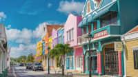 Straßenzug mit bunten Häusern in Kralendijk auf der Insel Bonaire