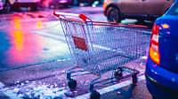 Einkaufswagen auf Supermarktparkplatz im Winter