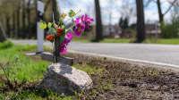 Ein Kreuz an der Landstrasse erinnert an einen tödlichen Unfall