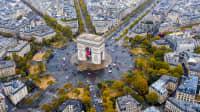 Blick aus der Vogelperspektive auf den Arc de Triomphe Kreisverkehr und Denkmal in Paris