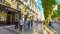 Touristen auf der Champs Elysees in Paris