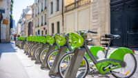 Grüne Fahrräder mit Hemd stehen zum Ausleihen in der Pariser Altstadt zur Verfügung