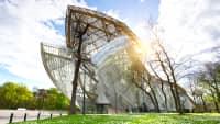 Blick auf das futuristische Bauwerk des Museums Fondation Louis Vuitton in Paris